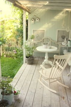 perfect country porch made for relaxing porch sitting Cottage Porch, Shabby Chic Porch, Shabby Chic Living Room, Home Porch, Porch Life, Chic Living Room, Outdoor Rooms, Porch Sitting, Country Porch