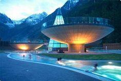 De enige thermen van Tirol, de Aqua Dome in Längenfeld, is een groot complex met drie schaalvormige baden op poten en biedt een adembenemend uitzicht op de omliggende bergwereld. Ontspan in het thermale water, geniet van de sauna's of laat u heerlijk masseren. De Aqua Dome is voor de derde keer op rij verkozen tot Austria's Leading Spa Resort.
