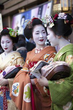geisha-licious: maiko Tomoyuki, Chizu and Mitsuna
