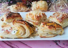 Túrós - baconos hajtogatott pogácsa recept foto Bagel, Cauliflower, Bread, Cookies, Chicken, Baking, Vegetables, Food, Pastries