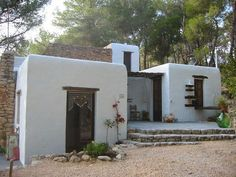 Can Sol and Casita Luna Ibiza -Spain Situated in the green north-west of Ibiza, between San Mateo and San Miguel and hidden in a forest of pine trees, holiday homes .Can Sol is a unique, authentic house built of only natural materials. Mud House, House Built, Mediterranean Architecture, Mediterranean Homes, Spanish House, Spanish Style, Adobe Haus, Santa Fe Style, Greek House