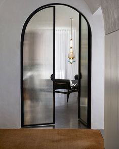 Arched steel doors with fluted glass 🙌, a beautiful detail in this Quebec home. ⁣ ⁣ Designed by Photography by Arched Doors, Windows And Doors, Interior Architecture, Interior And Exterior, Arch Interior, Door Design, House Design, Reeded Glass, Arch Doorway