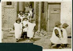 Niños vistiendo abrigos hechos con sacos de harina en un orfanato en Grodno, Polonia — Visor — Biblioteca Digital Mundial