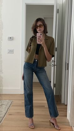 Blending the Athleisure trend and casual chic look, the young model often comes with leggings and black skinny jeans. Mode Outfits, Fashion Outfits, Womens Fashion, Estilo Ivy, Selfie Foto, Mode Hipster, Summer Outfits, Casual Outfits, Kaia Gerber