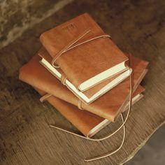 Rustiek leren dagboek | Het gerecycleerde katoenenpapier ennatuurlijk gelooid leermaken van dit dagboek eenzeer authentiekproduct.  Het bevat80 paginasvaneffen zuurvrij katoenen kringlooppapier. Het is trouwens geweldigom te denkendat elkblad met de hand is gemaakt.  Het dagboek heeft eengladde,luxueuseafwerking en ...