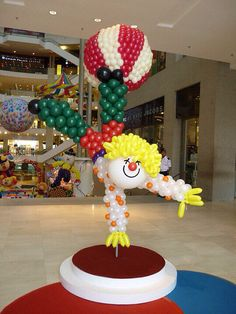 This clown column takes a little more skill, but I think it could still be taught for party decor. Carnival Themes, Circus Theme, Circus Party, Clown Balloons, Balloon Hat, Balloon Centerpieces, Balloon Decorations Party, Clown Party, Balloon Arrangements