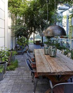 table de salle à manger, table de repas en bois et grandes suspensions