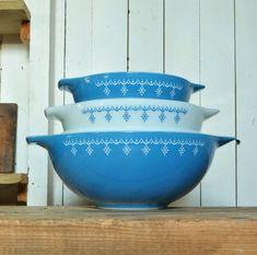 Pottery Bowls, Pottery Art, Pyrex Cookware, Pyrex Mixing Bowls, Modern Ceramics, Vintage Pyrex, Bowl Set, Snowflakes, Garland