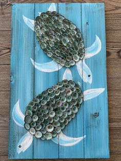 This listing is for an teal colored pallet adorned with two limpet shell turtles. Hook on the back for easy hanging. Pallet board color can be customized. Please contact me 😀 Bottle Cap Art, Bottle Cap Crafts, Seashell Art, Seashell Crafts, Beer Cap Art, Sea Turtle Art, Story Stones, Sea Crafts, Deco Originale