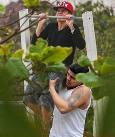 Justin Bieber trying to do a pull-up today - www.meme-lol.com