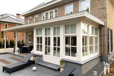 De zon schijnt eventjes uitbundig op de woning van Sandra en Harald en onthult direct haar symmetrische kwaliteiten: een klassieke patriciërswoning. Prominente voorgevel en indrukwekkend 'middenschip' benadrukken het evenwicht. Achter is, terecht overigens, afgeweken van de zgn. 'strenge regels': een fraaie uitbouw met in dezelfde stijl een veranda met houten terras; zicht op de tuin …