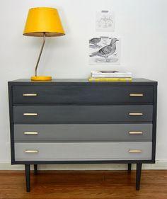 la casa de agus. Me encanta la idea del degradé en una cajonera y me encanta la combinación de gris y amarillo.