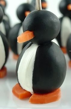 Antipasti natalizi    Leggi l'articolo: Antipasti di Natale: spiedini veloci e senza cottura  Antipasti di Natale: pinguini con olive e formaggio    Pinguini con olive e formaggio, l'antipasto per la cena di Natale