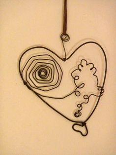 Try this with a face in the middle. Coeur à suspendre en fil de fer recuit : Accessoires de maison par zelie-shop