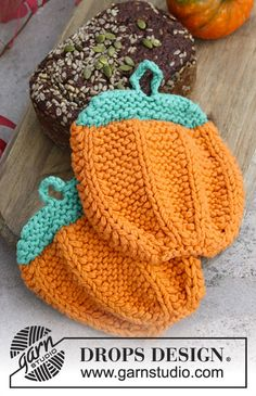 Knitted DROPS pot holders for Halloween with textured pattern in 2 stands Paris. Free pattern by DROPS Design.