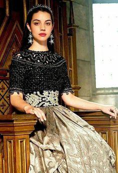 "Adelaide Kane as Mary Stuart (Queen of Scots) in ""Reign"" Adelaide Kane, Queen Mary Reign, Mary Queen Of Scots, Reign Fashion, Fashion Tv, Serie Reign, Jw Moda, Marie Stuart, Reign Tv Show"