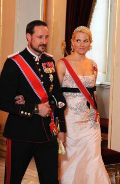 """Russisk statsbesøk 2010 Kronprinsesse Mette-Marit var i en vakker lys kjole, og kronprins Haakon bar hærens gallauniform under gallamiddagen. Hun bruker """"the diamond daisy diadem"""""""