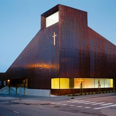 Copper covers walls and roof of Finnish chapel > Located in Espoo, a city just west of Helsinki. Copper panels clad all of the exterior walls, as well as a large roof that angles up to match the height of surrounding buildings. The layout of the building is kept as simple as possible, with all rooms at ground-floor level. A U-shaped floor plan divides the interior up into three wings, wrapping around a secluded courtyard.( 09012017 )