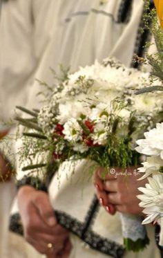#buchetmireasa #nuntatraditionala #jurnalcuflori My Flower, Flowers, Flower Arrangements, Bouquet, Table Decorations, Garden, Corona, Floral Arrangements, Garten
