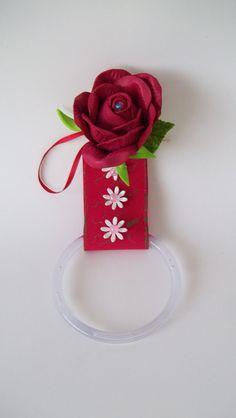 Porta pano de prato com flor em eva na cor vermelha. Consulte opções de flores e detalhes. Ótima opção para lembrancinha. Temos diversos modelos para pronta entrega se necessitar, entre em contato antes de fazer o pedido.