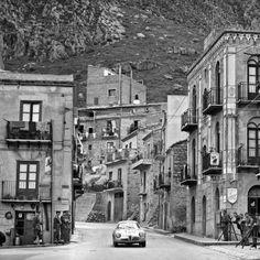 Targa Florio 1962: Typische Ortsdurchfahrt in Sizilien. Bulgari/Grana auf Alfa Romeo Giulietta Sprint Zagato scheiden später aus.
