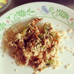 Arroz acompañado de flor de calabaza rellena de tofu con chipotle frita en aceite de oliva