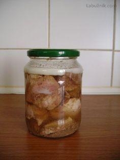 Zavařování vepřového masa do sklenic.