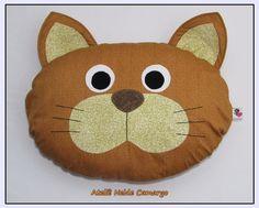 Simpática e macia almofada em formato de cara de gato com enchimento antialérgico de fibra siliconada e capa em algodão estampado com patchwork.