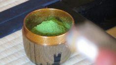 Una ricetta semplice per usare il tè verde come maschera per il viso.