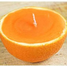 Bright oranges can please us not only juicy taste and delicate aroma. You can made very stylish holiday candles. Gel Candles, Beeswax Candles, Diy Home Crafts, Diy Arts And Crafts, Orange Peel Candle, Velas Diy, Marble Candle, Flower Pot Design, Candle Craft