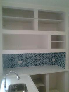 Cozinha com armário em alvenaria com pastilha de vidro