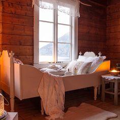 Tenk å slappe av med en god bok i denne koselige skuvsenga og nyte den fantastiske utsikten til fjorden utenfor. Foto Monica Almskår Heggset #levlandlig #landlig #skuvseng #broderi #fjord #utsikt