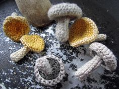 DIY Simple Crochet Mushrooms ~☆~ Teresa Restegui http://www.pinterest.com/teretegui/ ~☆~