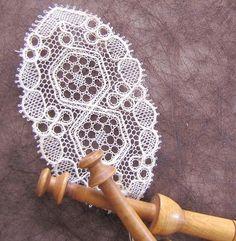 Petits mais exquis ! Lacemaking, Point Lace, Bobbin Lace, Doilies, Crochet, Diy Crafts, Artist, Roses, Inspiration