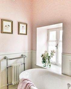 A pink bathroom in French country styling Bathroom 20 Pink Bathrooms That Are Positively Swoon-Worthy French Country Rug, French Country Bedrooms, French Country Decorating, Country Blue, Country Style Bathrooms, Country Style Homes, French Bathroom, Relaxing Bathroom, Flat Interior