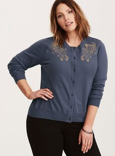 This navy knit cardigan is all buttoned-up sweetness, with ribbed trim lending a more form fit. The gorgeous TARDIS embroidery is embellished with gears for added nerd-cool looks. Nerd Fashion, Diva Fashion, Fashion Ideas, Cardigan Design, Knit Cardigan, Pop Culture Store, Doctor Who Costumes, Navy Blue Cardigan, Plus Size Fashion Tips