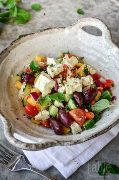 Yum, looks good! Greek Salad with Olive Oil and Lemon Juice Cilantro, Clean Eating, Healthy Eating, Healthy Lunches, Cooking Recipes, Healthy Recipes, Le Diner, Greek Salad, Mediterranean Recipes