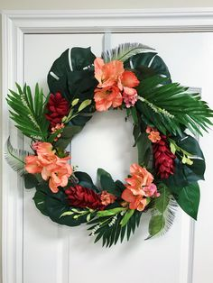 Tropical wreath made with a mixture of fake flowers, leaves, and real dried Leaves. Tropical Christmas Decorations, Church Christmas Decorations, Holiday Wreaths, Fake Plants Decor, Plant Decor, Tropical Front Doors, Front Door Decor, Summer Wreath, Diy Wreath