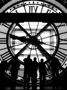 """""""El tiempo pasa, es inevitable. Lo único que podemos hacer es mirar y recordar, ver como se nos escapa cada segundo, uno tras otro, hasta que el último grano de arena cae. Sin embargo, tú...""""   Bellenuit.           -  Ilustración: Time (Marty Bell)."""