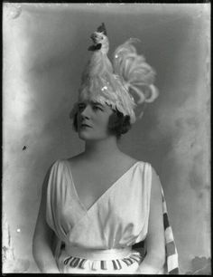 Chicken hats make everything better. Alice Delysia, 1918 National Portrait Gallery, London What was someone thinking? Vintage Pictures, Old Pictures, Vintage Images, Old Photos, Funny Pictures, Chicken Hats, Chicken Costumes, Arte Fashion, Women's Fashion