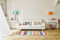 Una casa llena de colores vibrantes entre sencillos muebles vintage 1