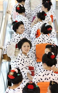kyoto / maiko / geisha / girls / japanese / women / escalator Maiko (geisha apprentices) wearing summer kimono (yukata) make their way to lunch at the Takashimaya department store, Kyoto, Japan. Facing the camera, the maiko Mameharu. We Are The World, People Of The World, Yukata, Ao Dai, Japanese Culture, Japanese Art, Japanese Beauty, Asian Beauty, Kimono