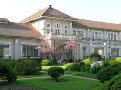 Porto Alegre - RS - Brasil - (Hidráulica). Localizado no bairro  Moinhos de Vento,  o prédio construído em 1928, é inspirada no Palácio de Versalhes. Site: http://portoimagem.wordpress.com/2012/05/14/hidraulica-moinhos-de-vento-integra-roteiro-do-linha-turismo/