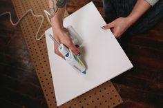 1. Cole a placa Foam na parte inferior do painel de madeira perfurado.