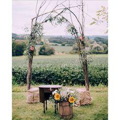 Um altar singelo, lindo e pronto para fazer parte de um sim para a vida toda! ❤️ - 🇨🇦 A simple but full of love altar! {: @chealsephoto} #berriesandlove #altarlindo #casamentodedia #casamentonocampo #weddingblog #blogdecasamento