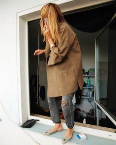 camel coat + boyfriend jeans gris + sandales plates