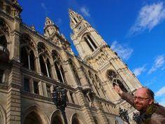 Der Autor Harald Havas sammelt kurioses rund um Wien und hat schon in einigen Büchern darüber geschrieben. Notre Dame, Louvre, Author, City Life, Round Round, Louvre Doors