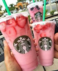 Ever wanted to copy Starbucks' cute and tasty Pink Drink? has a DIY pink drink recipe so that you can enjoy it without the price! Starbucks Pink Drink Recipe, Pink Drink Recipes, Bebidas Do Starbucks, Starbucks Secret Menu Drinks, Pink Starbucks, Strawberry Starbucks Drink, Starbucks Summer Drinks, Strawberry Drink Recipes, Starbucks Flavors