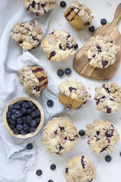 Bakery Style Blueberry Crumb Muffins These are a family favorite! Fluffy blueberry muffins topped with a buttery cinnamon crumble toppin Blueberry Crumb Muffins, Homemade Blueberry Muffins, Blue Berry Muffins, Vegan Muffins, Baking Muffins, Blueberry Recipes, Easy Brunch Recipes, Sweet Recipes, Dessert Recipes