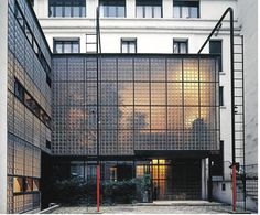 Pierre CHAREAU - La Maison de verre 1928-1932 - Rue St Guillaume, Paris (STYLE INTERNATIONAL)